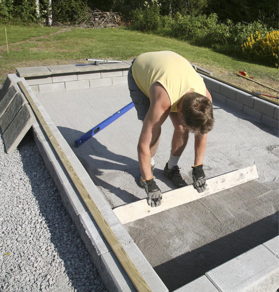 Ennen laatoitusta pohjan suoruus tarkistettiin ja pintaan levitettiin kerros hienoa asennushiekkaa. Kasvihuoneen perustusvaiheessa tarvitaan erilaisia maa-aineksia.
