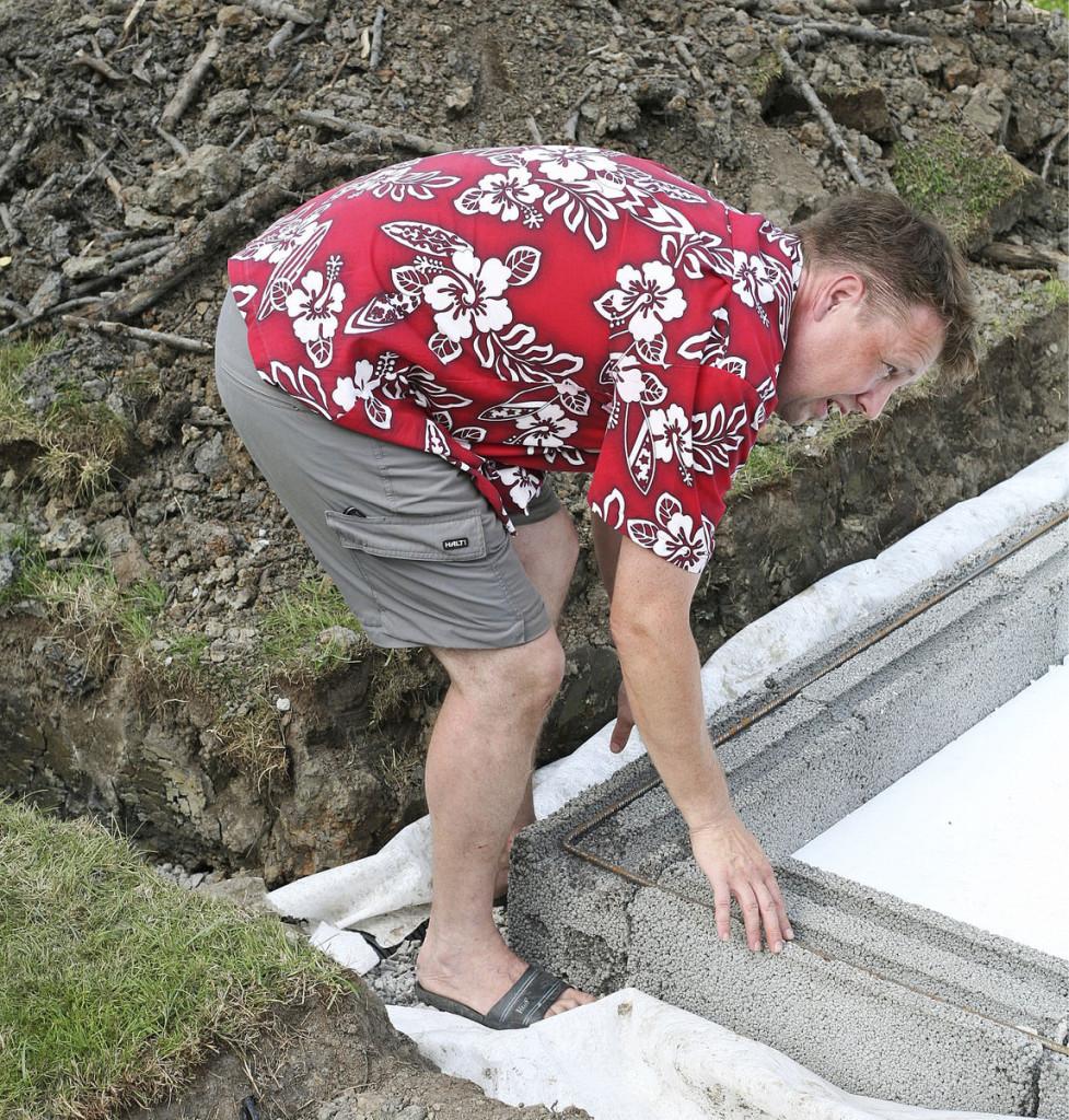 Perustuskuopan pohjalle asennettiin kangas estä- mään savimaan ja kiviaineksen sekoittumisen. Salaojan laskuputki kaivettiin tontin takaosassa olevaan ojaan.