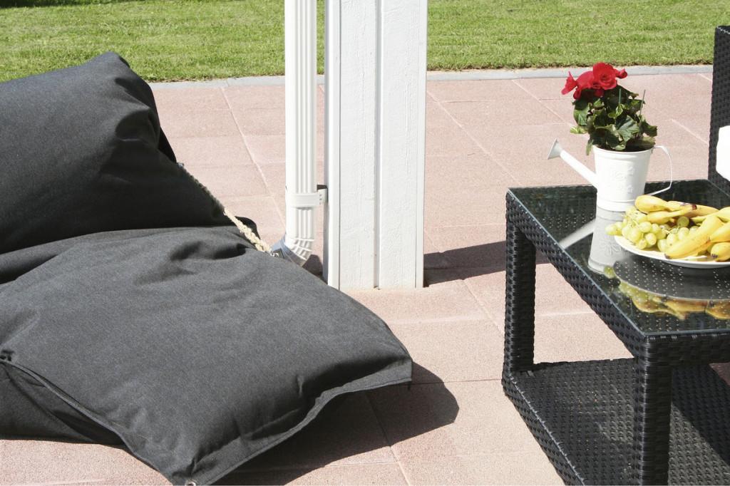Betonikivistä ja -laatoista rakennettu patio kestää kulutusta ja aikaa, jos pohjatyöt vain on tehty kunnolla. Kuva HB-Betoniteollisuus.