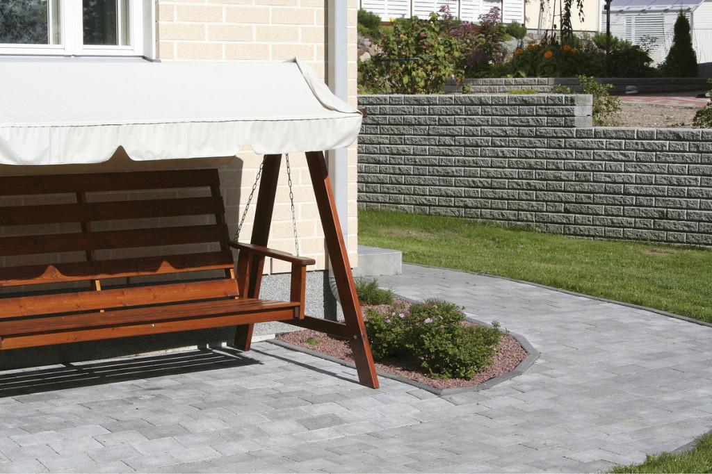 Kivestä voi rakentaa niin pihapolut kuin patiotkin. Kuvassa HB:n patinoitua patiokiveä.