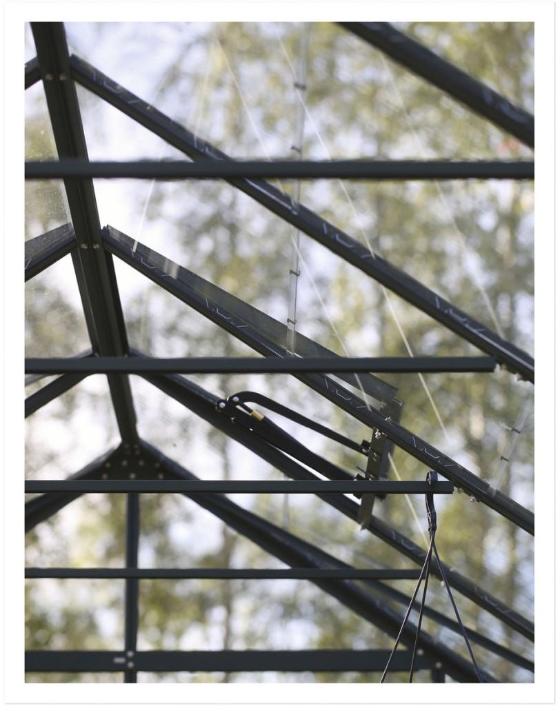 Kasvihuoneen kattoluukut avautuvat ja sulkeu- tuvat automatiikan avulla.