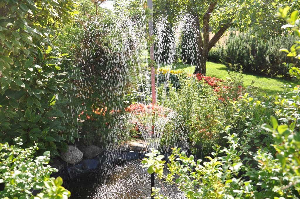 Avoimet puutarhat suihkulähde pihalla_