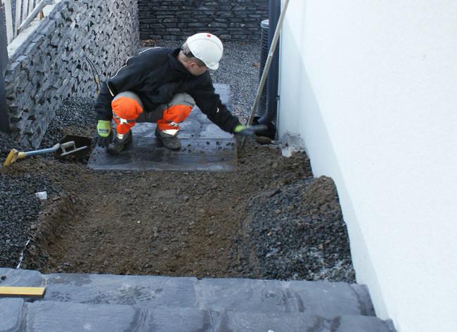 Kivielementtien asennus tiiville murskepohjalle suoritetaan käsin tai nosturin avulla porraselementtien koosta riippuen. Kuva: Stone Element Oy