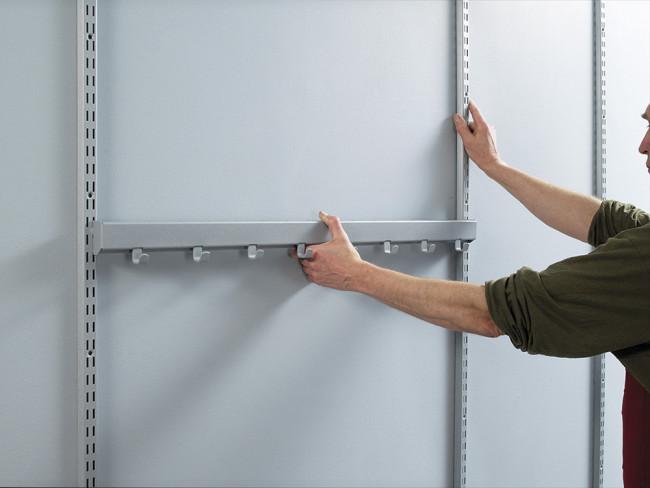 Aseta säätölistat joko 603 mm tai 903 mm etäisyydelle toisistaan. Voit käyttää etäisyyden mittaamisessa apuna esimerkiksi naulakkoa.