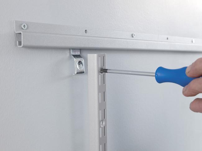 Vaakakisko helpottaa asentamista ja mahdollistaa järjestelmän kiinnittämisen seinän runkorakenteeseen. Vaakakiskoasennuksessa säätölistä kiinnitetään paikoilleen helan avulla.
