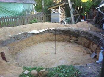 Käsipelillä lähti 4,2 metriä halkaisijaltaan ja 1,1 metriä syvä montullinen hiekkaa.