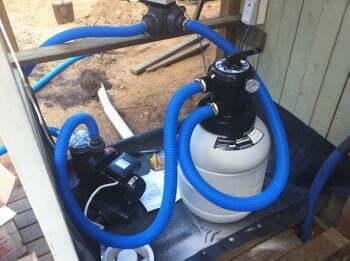 Vesi pumpataan liikkeelle ja puhdistetaan hiekkasuodattimella.