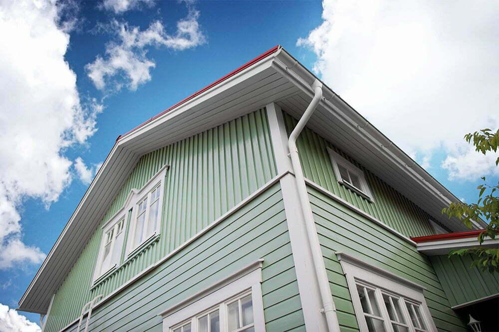 Laadukas ulkomaalaus pysyy puhtaana, säilyttää värin sekä pitää talon siistinä.