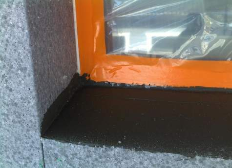 Ikkuna-aukkojen ulkopuolen alaosan kosteustiiveys on ratkaistu.