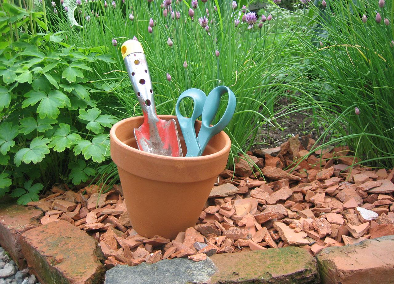 Idea - pikkutyökalut helposti saatavilla kukkaruukussa
