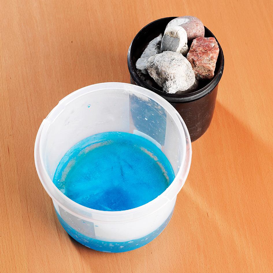 Jäädytä ensin jäälyhdyn pohja. Kaada noin 3 cm värillistä vettä isompaan astiaan ja pidä astia pakastimessa, kunnes vesi on täysin jäätynyt.