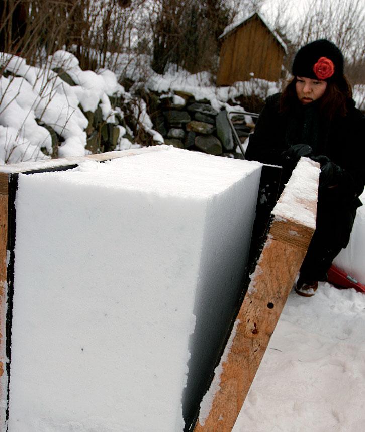 Vanerimuotista kuoriutuu kiiltävä lumilohkare