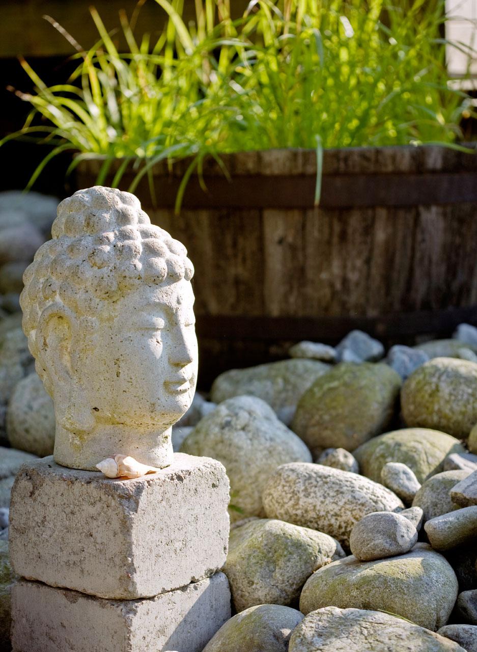 Kivibuddha on Vietnamista, luonnonkivet matkoilta eri puolilla maailmaa.