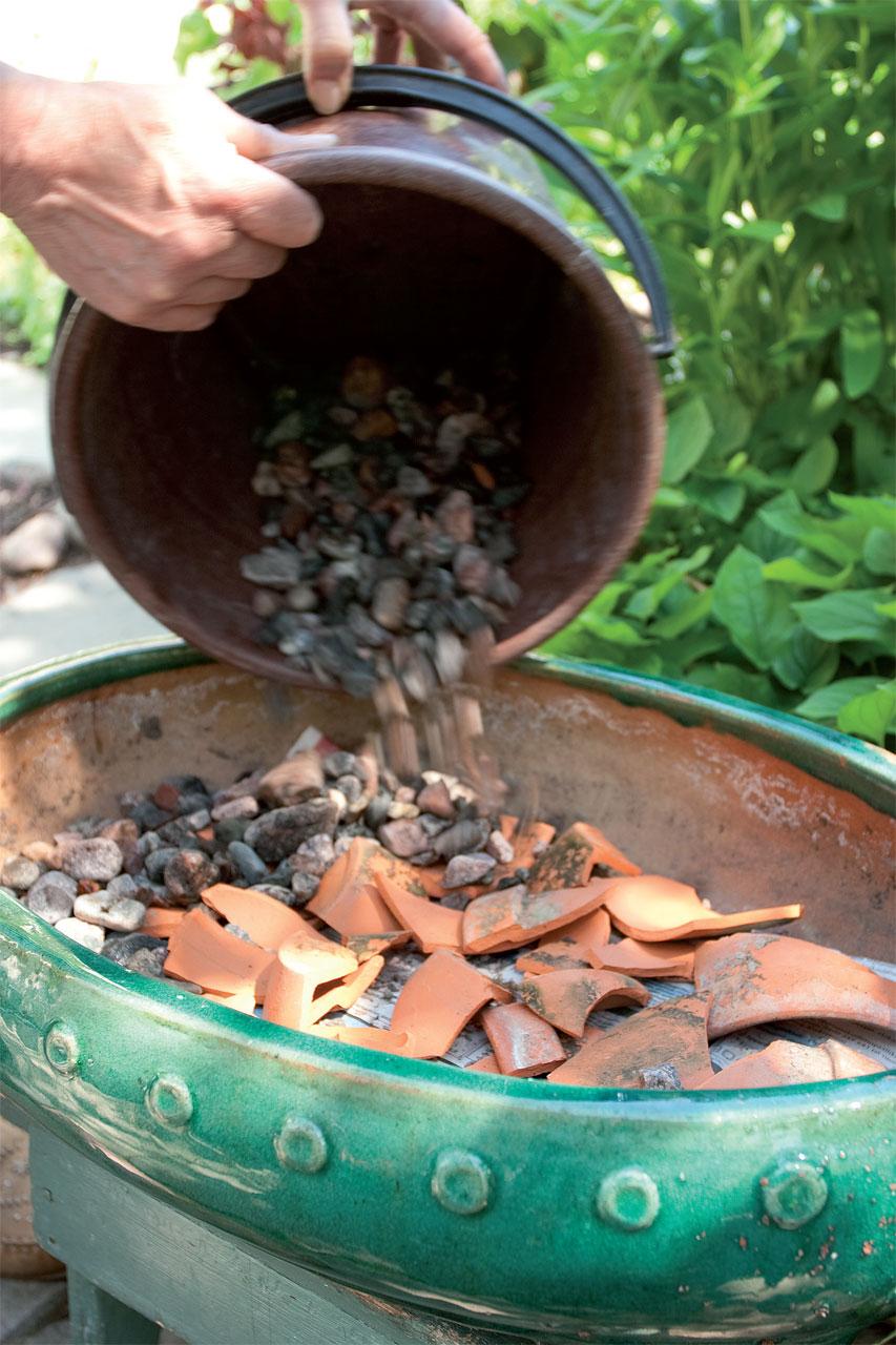 Valitse kivikkokasveille laakea ruukku, jossa on reikä pohjassa.