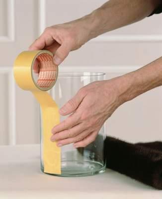 Kiinnitä kaksipuolista teippiä yksinkertaiseen lasiastiaan