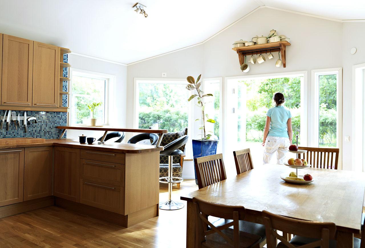 Lisärakennus teki keittiöstä mahtavan korkean ja toi paljon tilaa seurusteluun. Suurista ikkunoista tulvii sisään runsaasti valoa.
