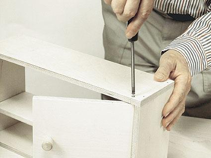 okoa molemmat yläkaapit sekä liesi ja alakaappi pöytälevyineen nauloilla ja liimalla.