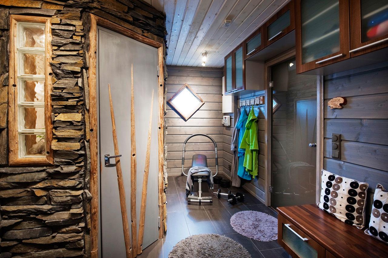 Saunan pukuhuoneessa on tilaa sekä pukeutumiseen että kuntoiluun.
