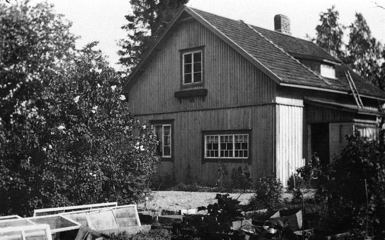 1930-luvulla mökkipihaa peittivät lukuisat lasiset kasvilavat