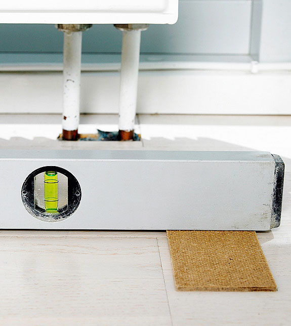 Mittaa ja tarkista lattian suoruus ennen kuin päätät jalkojen korkeuden.