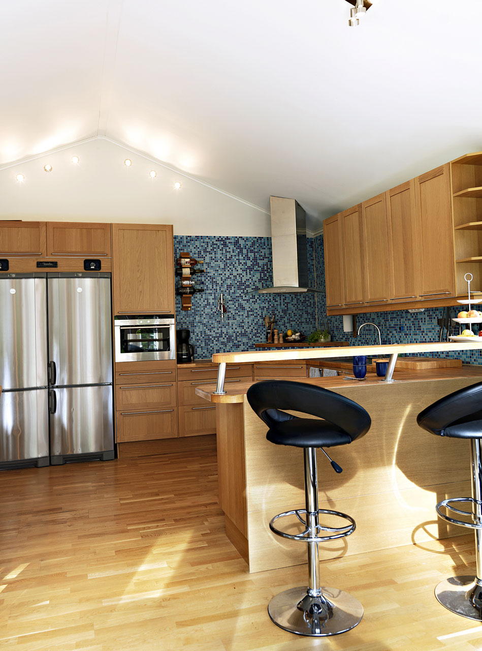 Keittiön yhtenäinen värimaailma on rauhallinen.