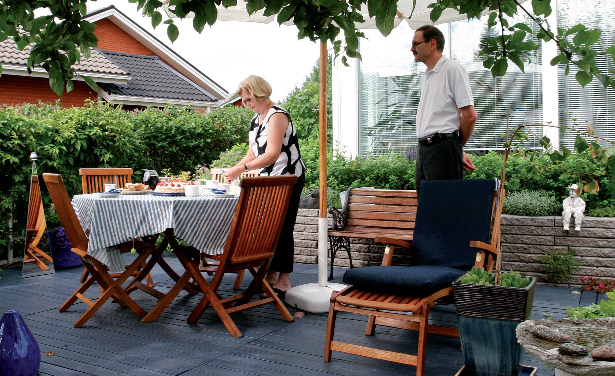 Eila ja Juha Parikka nauttivat terassilla kesästä