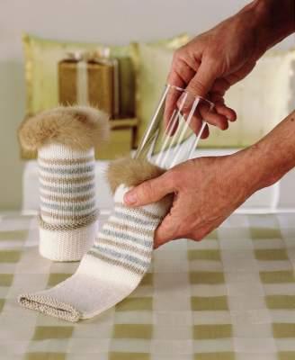 Ompele palanen tekoturkista sopivan neulepalan, erimerkiksi hihan, reunaan. Vedä valmis hihansuu kapeiden, korkeiden lasien päälle.