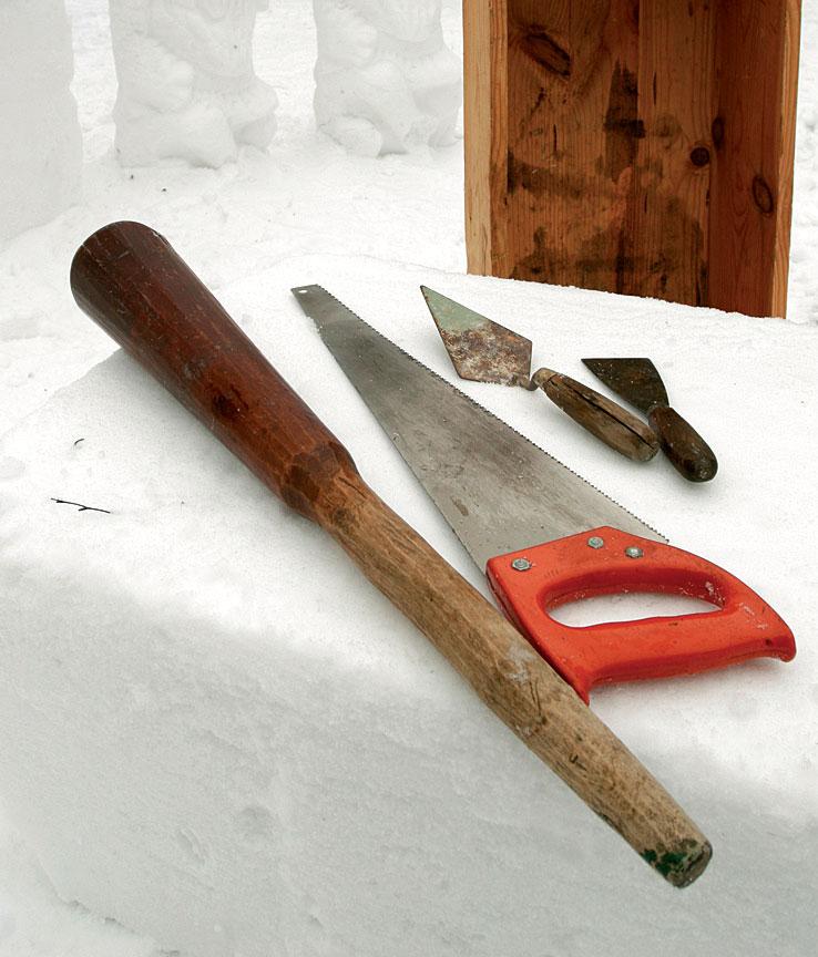 Lumityökaluiksi kelpaavat monet kodin työkalut. Keittiöstä kannattaa ottaa survimen lisäksi kokeiltavaksi ainakin veitsiä sekä omenapora.