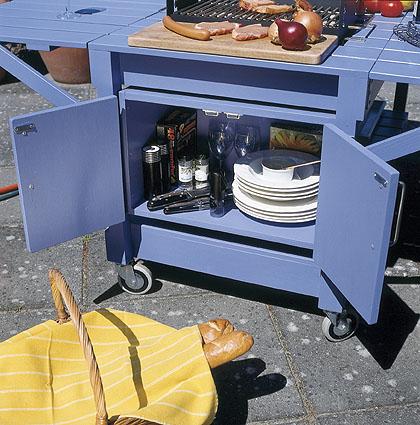 Grillin eteen jää kaksi laudan leveyttä leikkuulaudan tilaksi, ja kaappiin mahtuvat astiat ja ruoanlaittotarvikkeet.