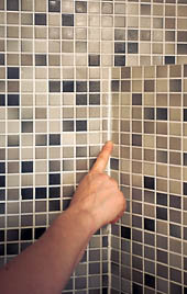 Sumuta saippuavettä reilusti sauman päälle ja pyyhkäise sormella tasaiseksi.
