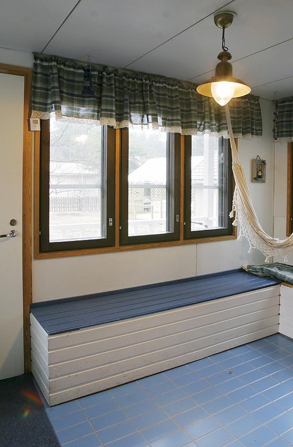Kuisti ennen.  Vanhan eteisen klikkerilattia oli kylmä, ja tummat ikkunanpuitteet olivat synkät. Vanha ulko-ovi päästi talvipakkasilla kylmän sisälle.