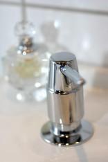 Kiinteä saippuapumppu on kylpyhuoneen ainoa näkyvä pullo.