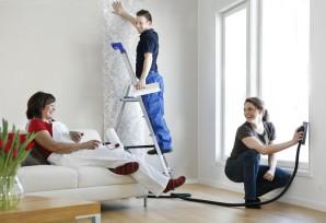 Hio pölyttömästi kotona keskellä olohuonetta samalla kun muu perhe katsoo vieressä televisiota.