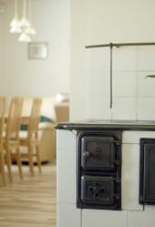 Mummon vanha liesi pääsee paremmin oikeuksiinsa, kun sen ympäriltä purettiin edellisen remontin yhteydessä lisättyjä keittiönkaappeja.