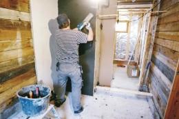 Vanhan pesuhuoneen seinät ennen kuin kaikki on purettu ja oviaukko löylyhuoneeseen puhkaistu.
