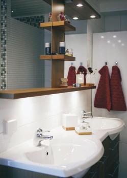 Svedbergsin tyylikäs lavuaaritaso ja peili tuovat kylpyhuoneeseen tuulahduksen ylellisyyttä.