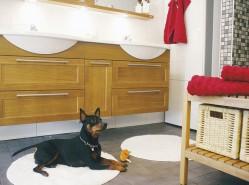 Perheen Rambo-koira on keksinyt, että lattialämmitys ja kylpyhuoneen matto ovat mukava yhdistelmä.