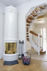 Kaunis, klassinen tulisija on ruotsalaisen Gabriel Keramikin Kungsholm-malli