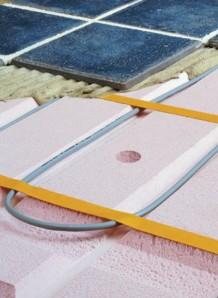 Lattialämmitystä varten on valmis pohjalevy, johon asennetaan lämmityskaapeli