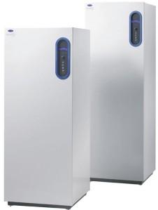 Lämpöpumpun sisätiloihin tuleva järjestelmä on jääkaappi-pakastimen näköinen.