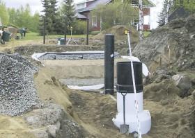 Kuvassa asennetaan maasuodattamoa, jonka perään tulee fosforinpoistoa varten Propipe Filt 1400 -järjestelmä.