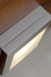 Lisävaloa tiskialtaan ylle tuovat SAVO Design & Technicin näppärät hipaisuvalot.
