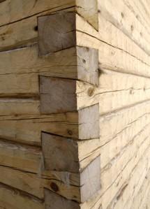 Savusaunan koristeellinen lohenpyrstönurkka.