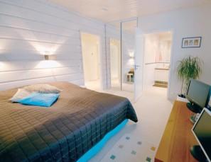 Vanhempien makuuhuone sijaitsee kodinhoitohuoneen läheisyydessä.