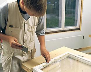 Leivo ikkunakitti 10–12 sentin levyiselle japaninlastalle noin sentin paksuiseksi matoksi ja leikkaa siitä kapealla, noin viiden sentin levyisellä japaninlastalla sentin suikaleita, jotka asettelet alustavasti saumaan.