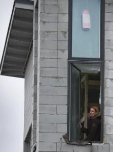 Isoissa ikkunoissa on sisäänrakennettu auringonsuoja sekä sateen ja auringonvalon avulla itsepuhdistuva lasitus.