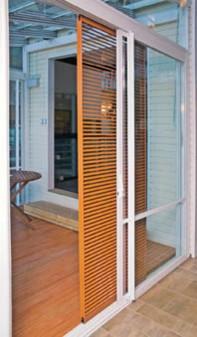 Lasiterassi voidaan varustaa yhdellä tai kahdella kiskoilla liikkuvalla auringonsuojasäleiköllä, joka on myös tyylikäs sisustuselementti. Puusäleikkö on Lumon-lasiterassien lisävaruste.