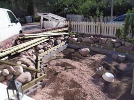 Lekaharkoista rakennettu tukivalli estää luonnonkivien valumisen terassin pohjalle. Samalla terassi sai äärimittansa.