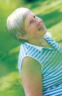 Kesä kuluu Brita Nybergillä puutarhassa kärhöjen seurassa.