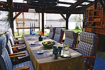 Sisustukseltaan sinivalkoinen ruokailutila on kuin osa ympäröivää maisemaa.
